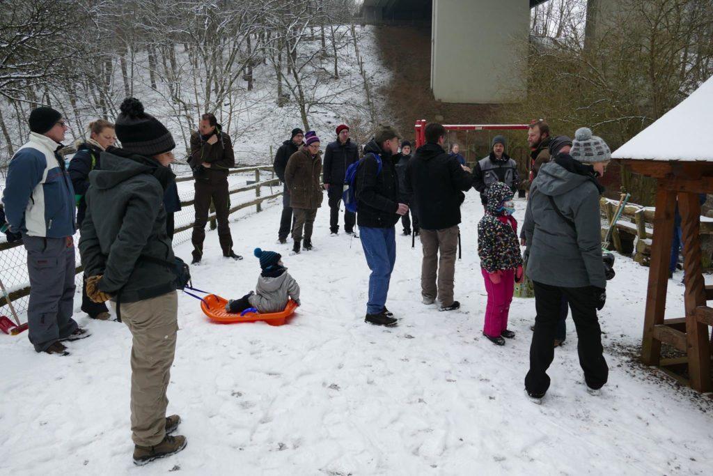 Erster großer Arbeitseinsatz - Trotz eises Kälte fanden viele Helfer den Weg zu uns.